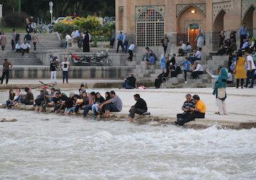 حال و هوای مردماصفهان پس از جاری شدن آب در رودخانه  زاینده رود