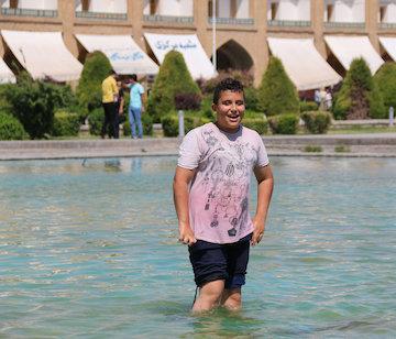 آب بازی کودکان در اوج گرما میدان نقش جهان اصفهان