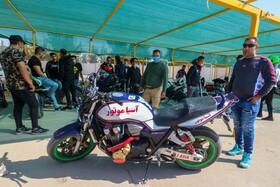 مسابقات حرکات نمایشی موتور سیکلت اصفهان به دلیل ازدهام جمعیت و رعایت نکردن پروتکل های بهداشتی از سوی تماشاگران .این مسابقه کنسل شد  عکس:مجتبی جهان بخش