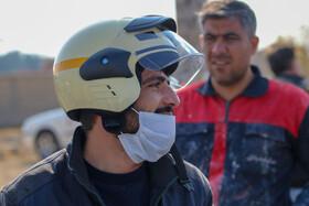 اهداکلاه ایمنی به راکبان موتورسیکلت به مناسبت هفته حمل و نقل  عکسکمجتبی جهان بخش