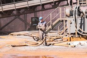 سرویس غبارگیری ناحیه آهن سازی توسط کارگران فولاد مبارکه